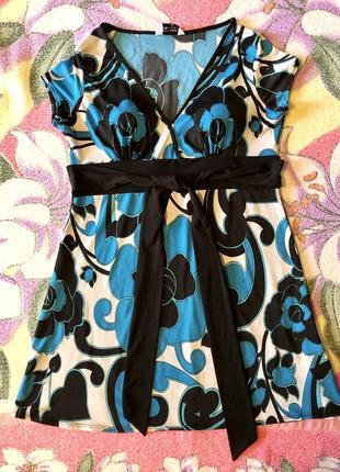 Платье с поясом с глубоким декольте расклешенное