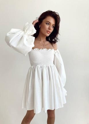 Белое льняное платье с открытыми плечами и объемными рукавами