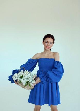 Синее льняное платье с открытыми плечами