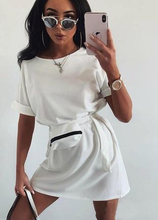 Женское летнее белое повседневное платье футболка в спортивном стиле с сумочкой на поясе