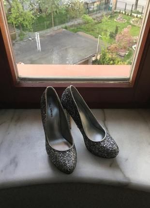 Блестящие яркие новые туфли