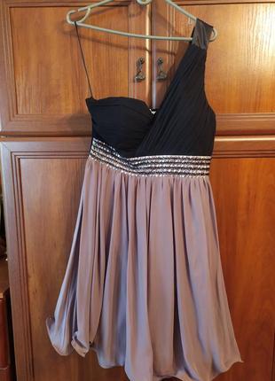 Нарядное платье для особых случаев со спущенным плечом