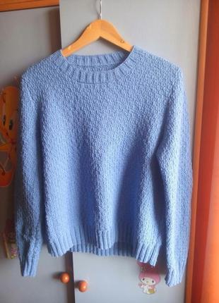 Голубой свитер красивой вязки