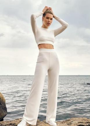Легкий трикотажный костюм молочного оттенка