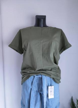 Базова бавовняна футболка оверсайз з клейкою нашивкою на вибір