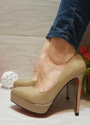 Туфли на шпильке с красной подошвой лабутены