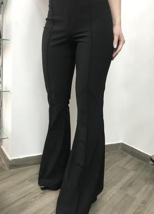 Черные брюки , клёш.