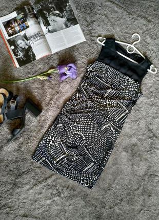 Красивое платье с драпировкой, геометрический принт, в горошек