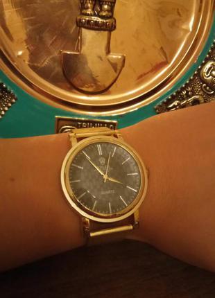 Классные часы с позолоченным ремешком