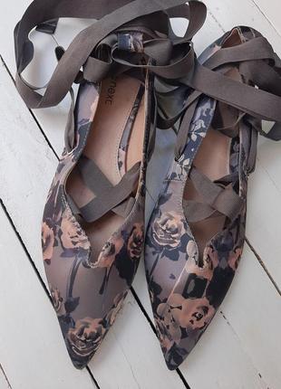 Стильные балетки лодочки с переплетом на ноге