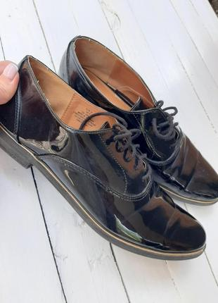 Стильные женские лаковые туфли на шнуровке