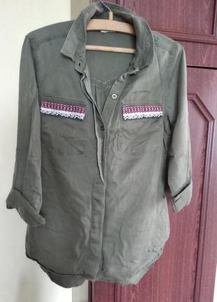 Удлинённая рубашка хаки с украшением