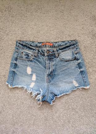 Короткие джинсовые шорты с дырками и потёртостями befree