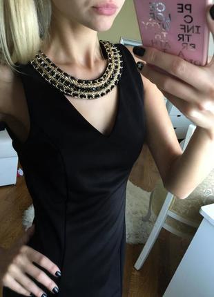 Роскошное черное маленькое платье с украшением в виде ожерелья