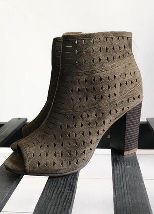 Ботильоны/ботинки на каблуке цвета хаки peacocks