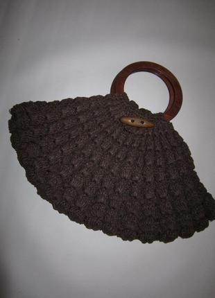 Стильная вязаная сумка с круглыми деревянными ручками