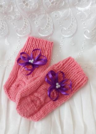 Вязаные варежки для девочки, украшенные бантиком и бусинами.