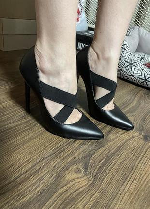 Новые шикарные кожанные туфли с острым носком