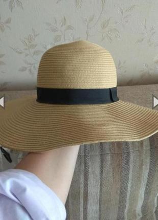 Шляпа с широкими полями с этикеткой от фирмы c&a.