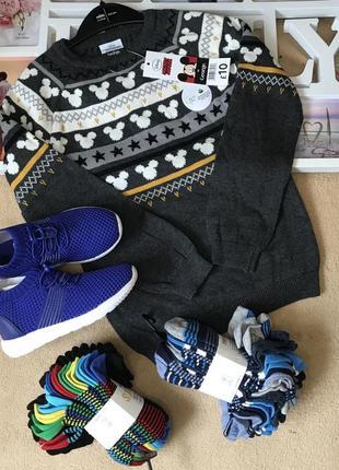 Свитер и кроссовки