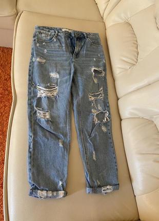Рваные mom джинсы мом stradivarius