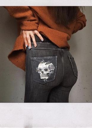 Джинсы с росписью на заднем кармане