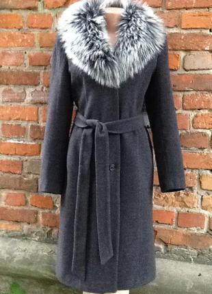 Классическое шерстяное пальто с поясом и меховым воротником