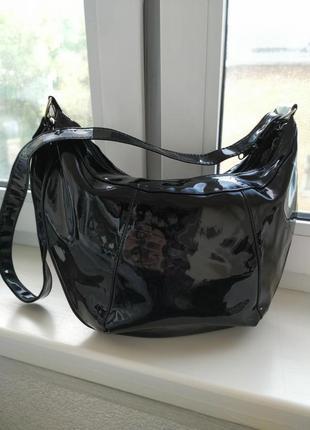Кожаная сумка хобо из лакированной кожи