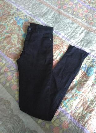 Чёрные джинсы скини облегающие по фигуре