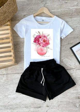 Белая футболка, футболка с принтом, черные шорты, шорты и футболка