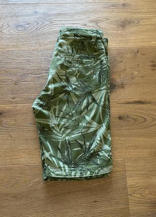 Стильные шорты  хаки  с тропическим принтом