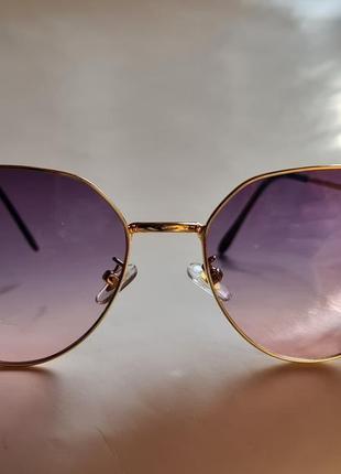 Солнцезащитные очки.