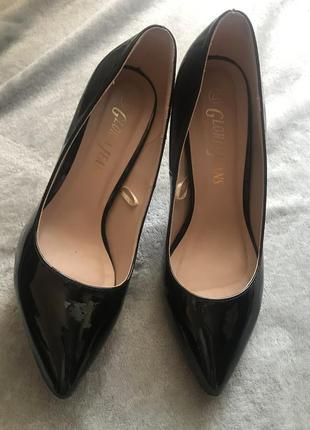 Туфли чёрные лакированные