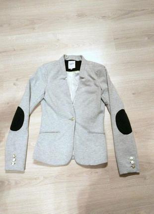 Приталенный пиджак с локтями-заплатками