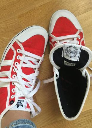 Класні червоні кросівки adidas