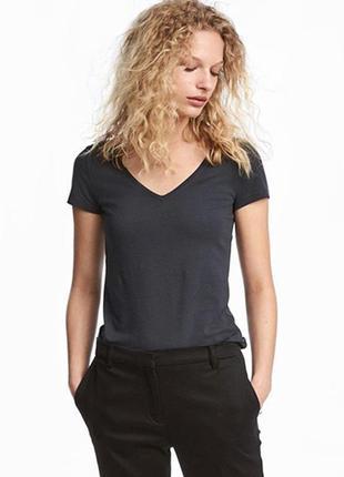 Оригинальная футболка с треугольным вырезом от бренда h&m разм. s