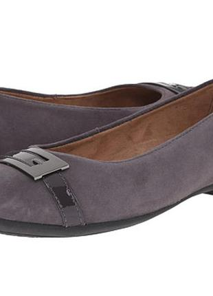 Комфортные туфли clarks на низком каблуке.
