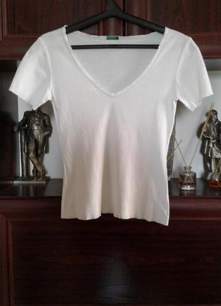 Топ , футболка белая с коротким рукавом и глубоким вырезом united colors of benetton