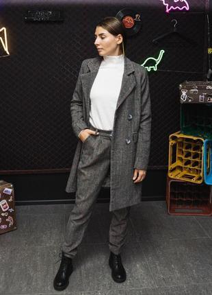Женский костюм с брюками и демисезонным пальто серый в клетку