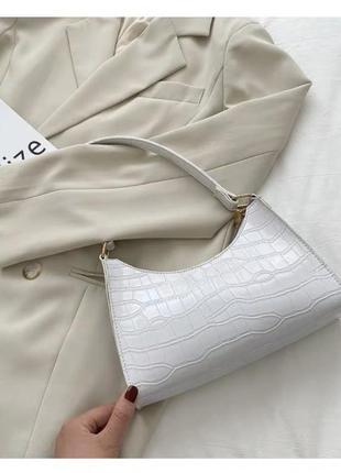 Женская кожаная белая сумка багет с тиснением на короткой ручке и молнии