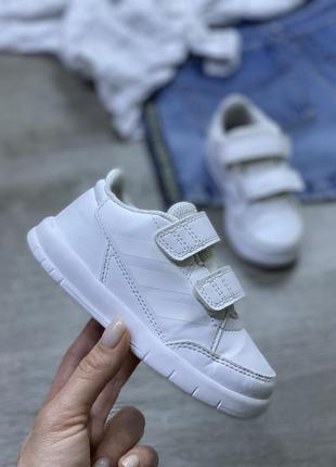 Актуальные белоснежные кроссовки adidas