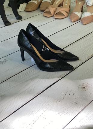 Классические туфли-лодочки stradivarius с тиснением под крокодила