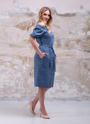 Очаровательное голубое летнее платье в горошек с открытыми плечами