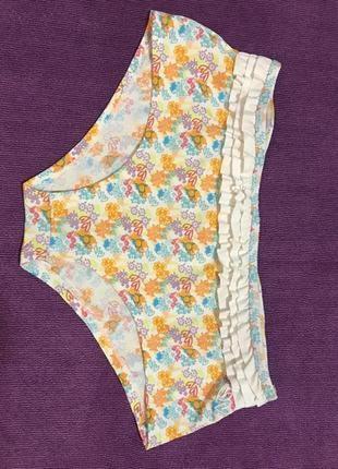 Очень красивые и стильные брендовые плавки от купальника в цветочках.