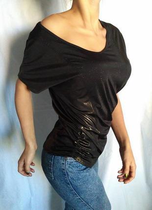 Интересная футболка с открытыми плечами, на одно плечо