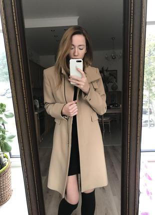 Стильное пальто верблюжего цвета