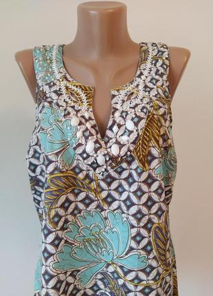 Красивая блузка с расшитым воротником