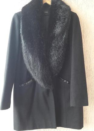 Стильное пальто с меховым воротом.