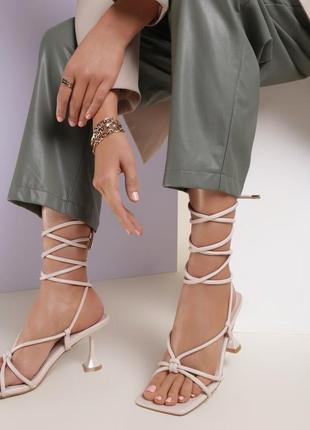 Актуальные летние босоножки на завязках с расширенным каблуком