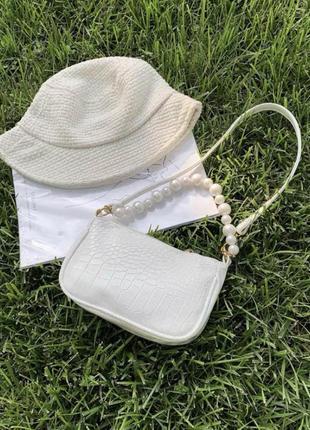Женская белая кожаная сумка багет с жемчугом на молнии